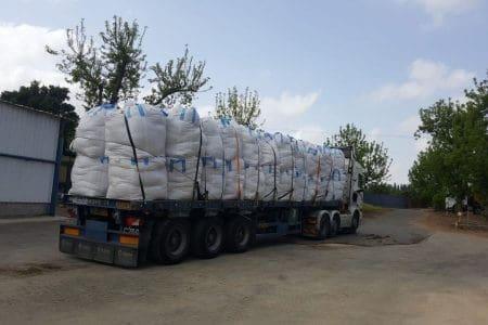 מטען שקים מעוגן לנגרר פלטה ונבדק לפני תחילת נסיעה ליעד