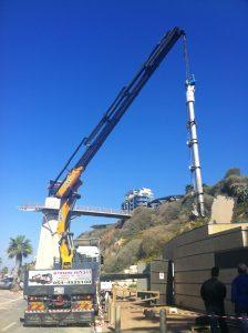 הנפת תורן תקשורת סלולארי בעזרת משאית מנוף עם זרוע 60 מטר